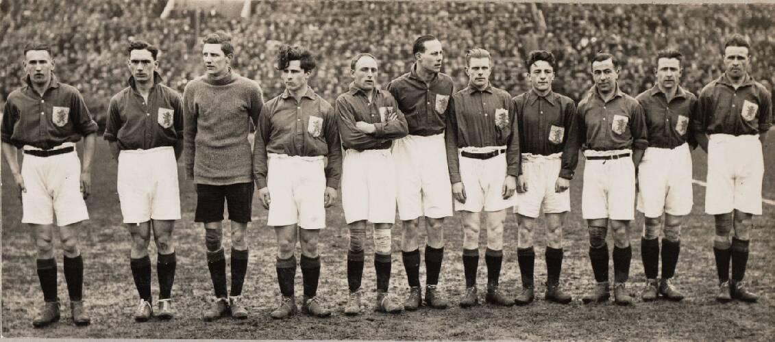 Het Nederlands elftal voor de interland tegen Duitsland. Van links naar rechts: …