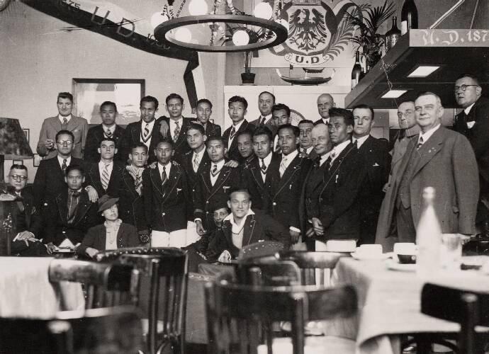 Het elftal van Nederlands-Indië bijeen in het clubhuis van UD te Deventer.Neder…
