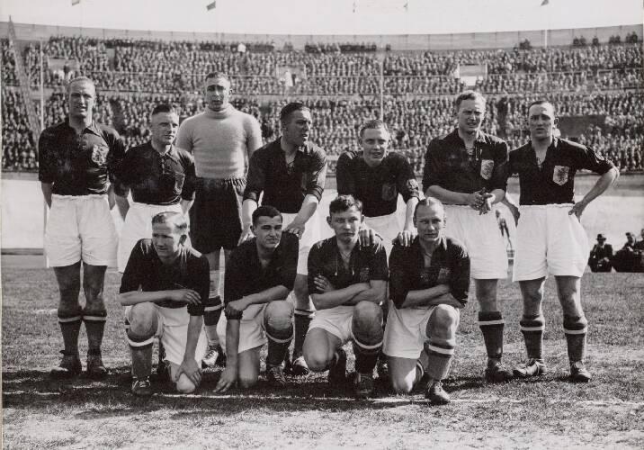 Het Nederlands elftal voor de interland tegen België. Staand, van links naar rec…