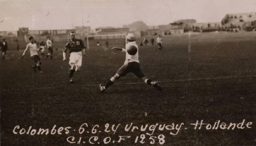 Kees Pijl scoort 1-0.Nederland - Uruguay (1-2), gespeeld op 6 juni 1924 in het …