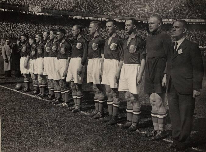 Het Nederlands elftal voor de interland tegen België. Van links naar rechts: Puc…