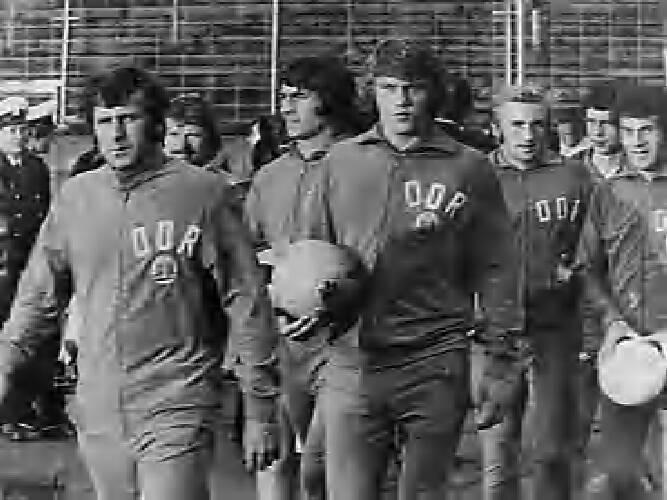 WK voetbal 1974; DDR-spelers gaan trainen