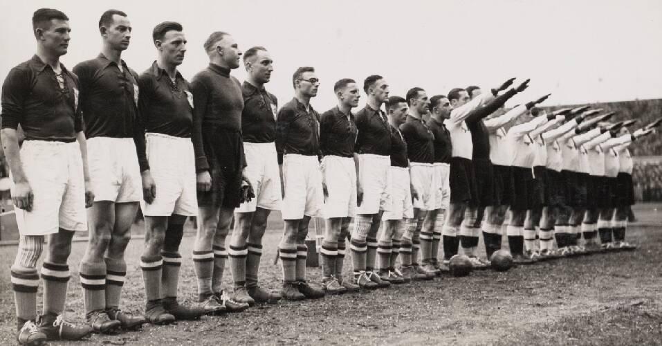 Het Nederlandse en het Duitse elftal opgesteld voor aanvang van de wedstrijd. Ne…
