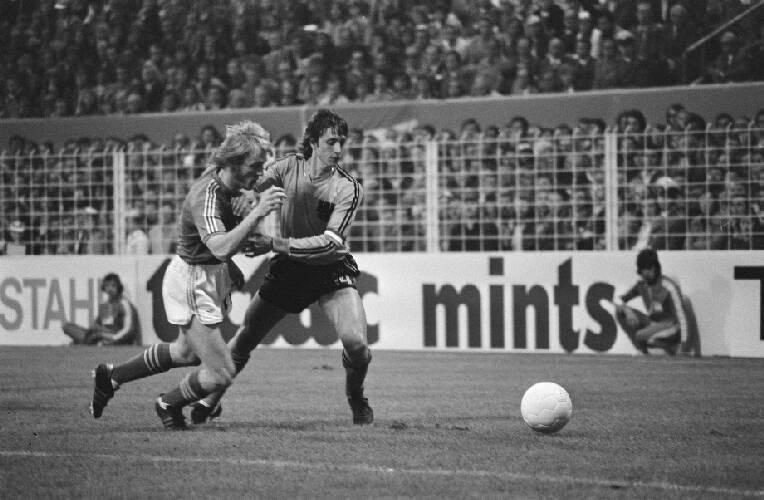 WK 74, Nederland tegen Zweden 0-0, nr. 10 Cruyff wordt vast gehouden