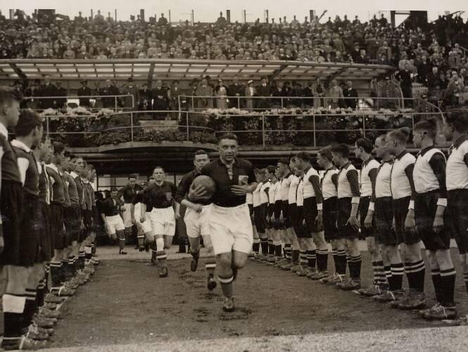 De spelers van het Nederlands elftal betreden het speelveld. Voorop aanvoerder P…