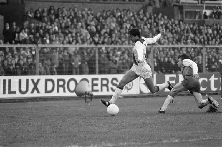 Ajax-rechtsbuiten Tscheu La Ling passeert zijn opponent