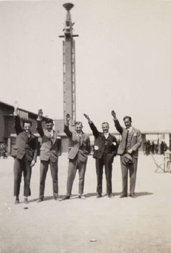 Spelers van het Nederlands elftal op het plein voor het Olympisch Stadion te Ams…