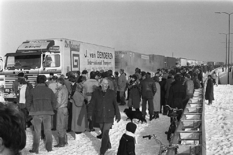 Konvooi van ongeveer 120 vrachtwagens met kerstpakketten van Utrecht naar Polen.…