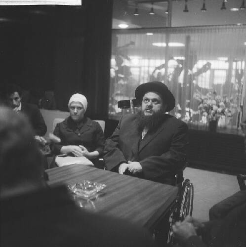Aankomst Rabbi Uriel Zimmer op Schiphol. Tijdens persconferentie